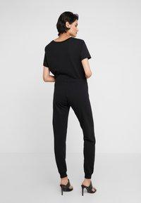 Love Moschino - JOGGER LIP - Teplákové kalhoty - black - 2