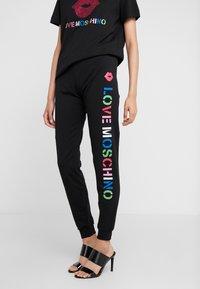 Love Moschino - JOGGER LIP - Teplákové kalhoty - black - 0