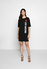 Love Moschino - NEW ADDED DRESS SIDE LOGO PLUS SHAPE  - Žerzejové šaty - black - 1