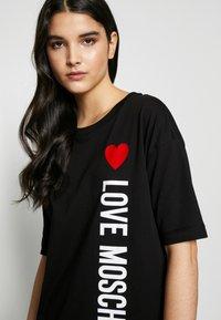 Love Moschino - NEW ADDED DRESS SIDE LOGO PLUS SHAPE  - Žerzejové šaty - black - 3