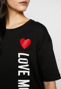 Love Moschino - NEW ADDED DRESS SIDE LOGO PLUS SHAPE  - Žerzejové šaty - black - 5