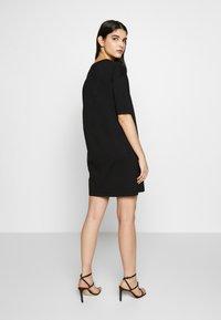 Love Moschino - NEW ADDED DRESS SIDE LOGO PLUS SHAPE  - Žerzejové šaty - black - 2