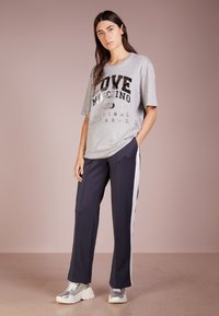 Love Moschino - T-shirts print - melange light gray - 1