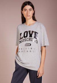 Love Moschino - T-shirts print - melange light gray - 0