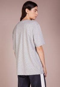 Love Moschino - T-shirts print - melange light gray - 2