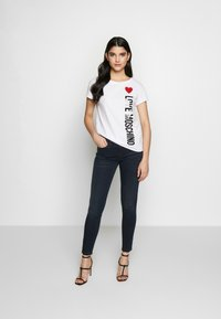 Love Moschino - T-shirt z nadrukiem - optical white - 1