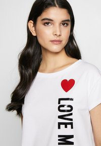 Love Moschino - T-shirt z nadrukiem - optical white - 3