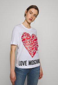 Love Moschino - Print T-shirt - optical white - 0