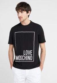 Love Moschino - T-shirt con stampa - black - 0