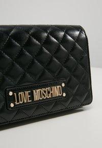 Love Moschino - QUILTED CROSSBODY  - Borsa a tracolla - nero - 6