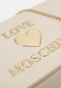 Love Moschino - BORSA - Taška spříčným popruhem - ivory - 3