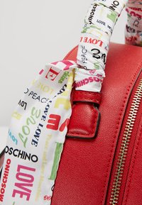 Love Moschino - SCARF BACKPACK - Sac à dos - red - 6