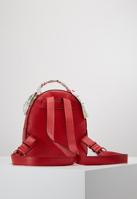 Love Moschino - SCARF BACKPACK - Sac à dos - red - 2