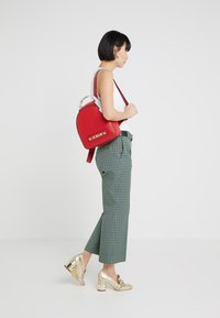 Love Moschino - SCARF BACKPACK - Sac à dos - red - 1