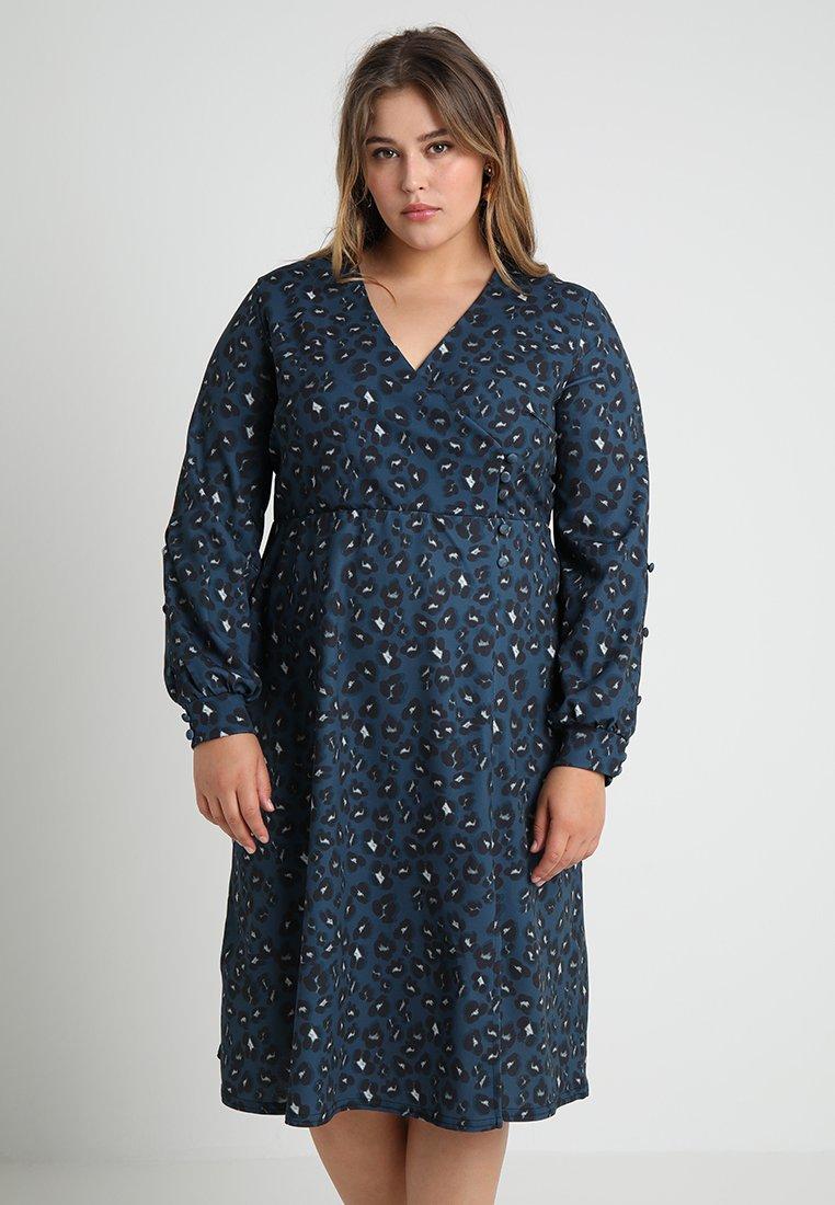 Lost Ink Plus - BUTTON WRAP DRESS IN LEOAPRD PRINT - Vestido ligero - blue