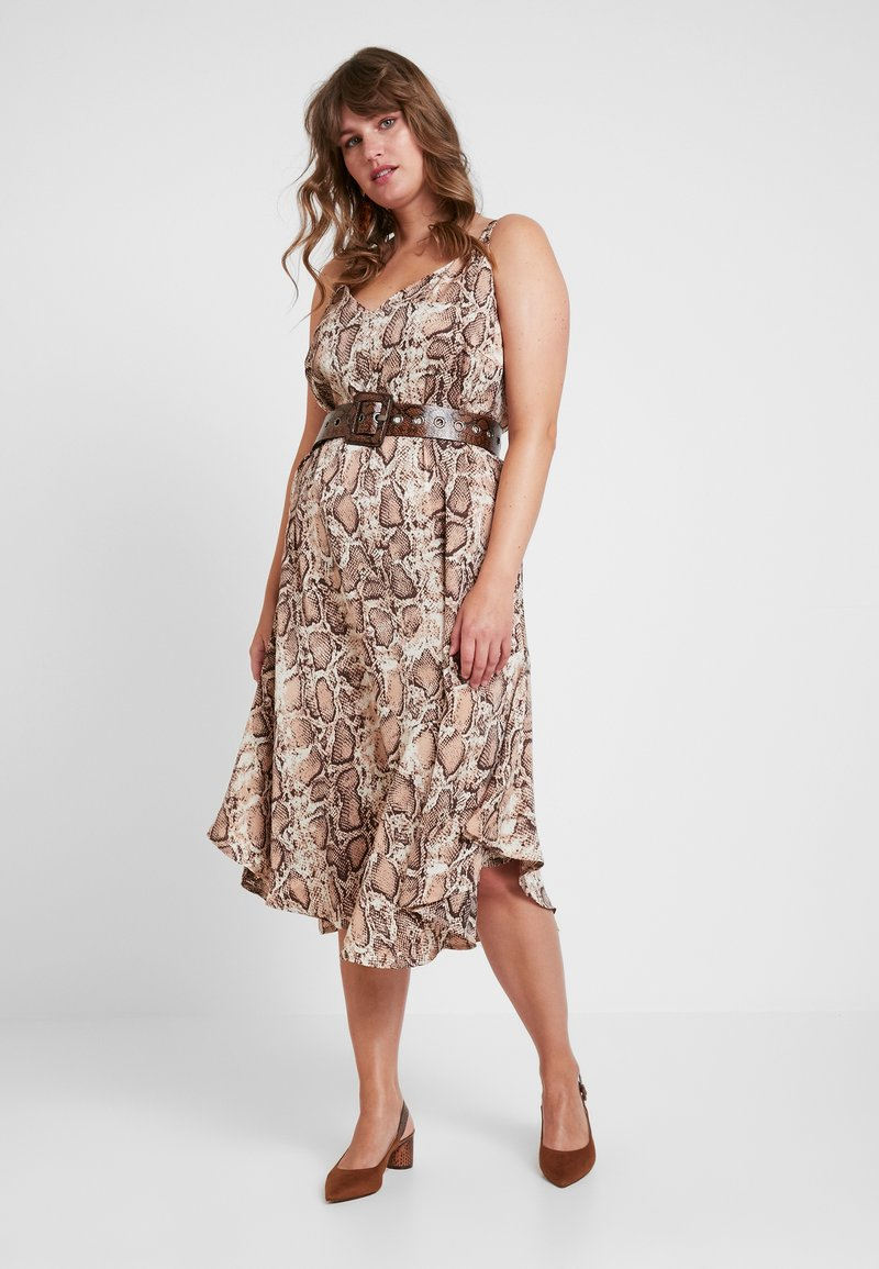 Lost Ink Plus - CAMI DRESS WITH BELT IN SNAKE PRINT - Maxikleid - offwhite/sand