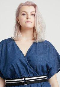 Lost Ink Plus - DRESS WITH WRAP BELT - Spijkerjurk - blue denim - 3