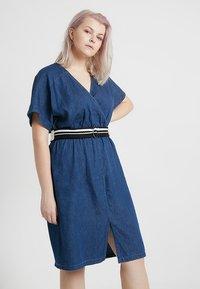 Lost Ink Plus - DRESS WITH WRAP BELT - Spijkerjurk - blue denim - 0