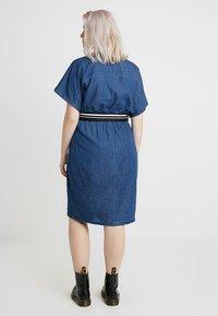 Lost Ink Plus - DRESS WITH WRAP BELT - Spijkerjurk - blue denim - 2
