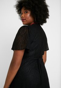 Lost Ink Plus - MIDI DRESS IN DAISY - Day dress - black - 4