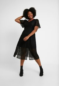 Lost Ink Plus - MIDI DRESS IN DAISY - Day dress - black - 2