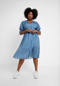 Lost Ink Plus - V NECK DRESS IN SPOT - Abito a camicia - multi print blue - 2