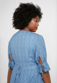 Lost Ink Plus - V NECK DRESS IN SPOT - Abito a camicia - multi print blue - 6