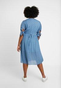 Lost Ink Plus - V NECK DRESS IN SPOT - Abito a camicia - multi print blue - 3
