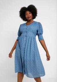 Lost Ink Plus - V NECK DRESS IN SPOT - Abito a camicia - multi print blue - 0