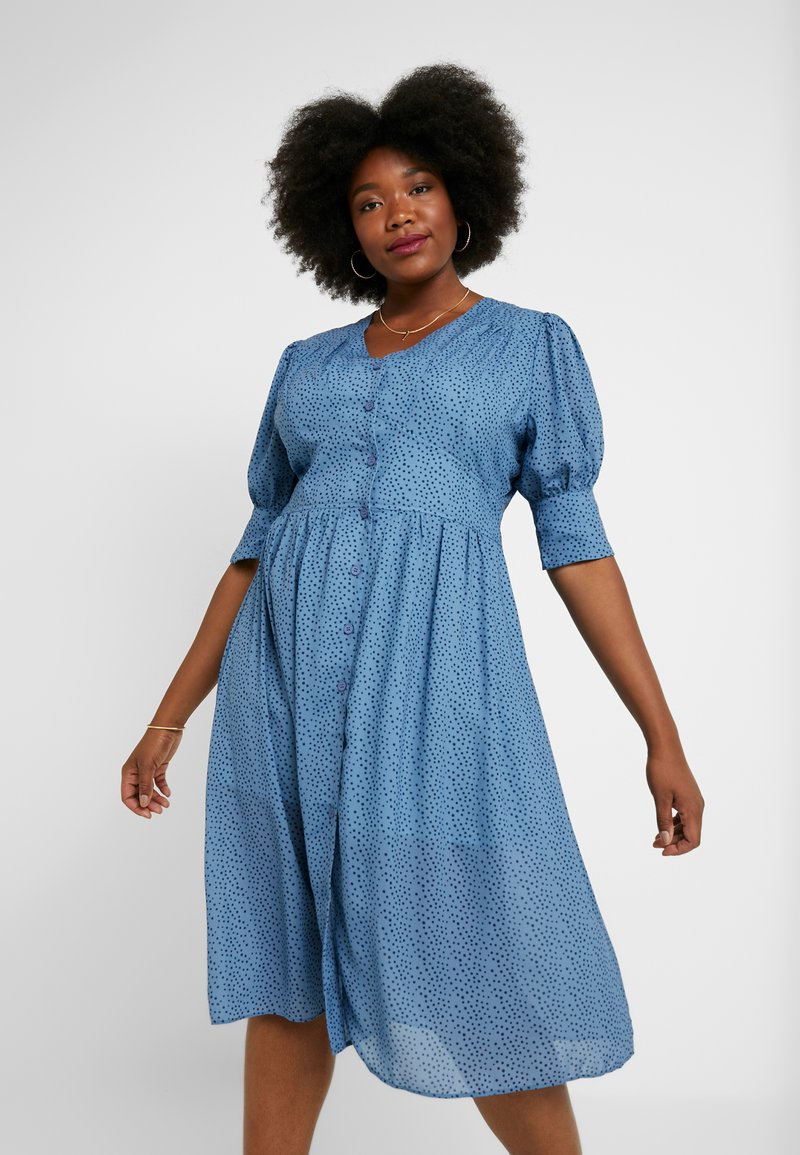 Lost Ink Plus - V NECK DRESS IN SPOT - Abito a camicia - multi print blue