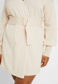 Lost Ink Plus - BELTED BUCKLE WRAP DRESS - Strikket kjole - cream - 6