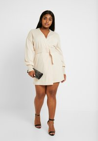 Lost Ink Plus - BELTED BUCKLE WRAP DRESS - Strikket kjole - cream - 2