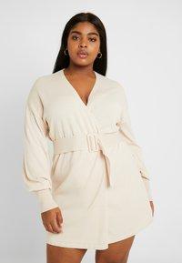 Lost Ink Plus - BELTED BUCKLE WRAP DRESS - Strikket kjole - cream - 0