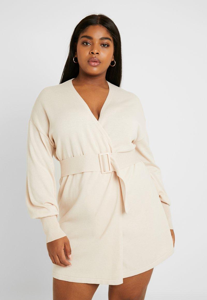 Lost Ink Plus - BELTED BUCKLE WRAP DRESS - Strikket kjole - cream