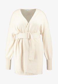 Lost Ink Plus - BELTED BUCKLE WRAP DRESS - Strikket kjole - cream - 5