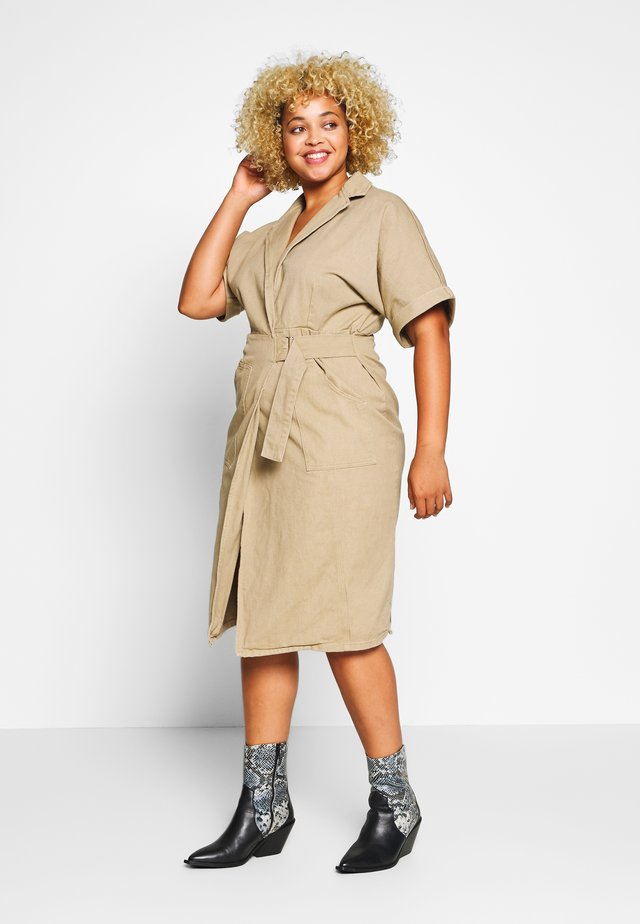 UTILITY WRAP DRESS - Spijkerjurk - beige