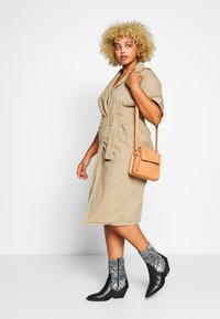Lost Ink Plus - UTILITY WRAP DRESS - Denimové šaty - beige - 1