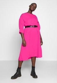 Lost Ink Plus - TRIM DETAIL MIDI DRESS - Denní šaty - pink - 1