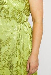 Lost Ink Plus - JACQUARD WRAP STRAPPY MIDI DRESS - Denní šaty - green - 5