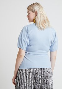 Lost Ink Plus - WRAP WITH BUCKLE - Print T-shirt - light blue - 2