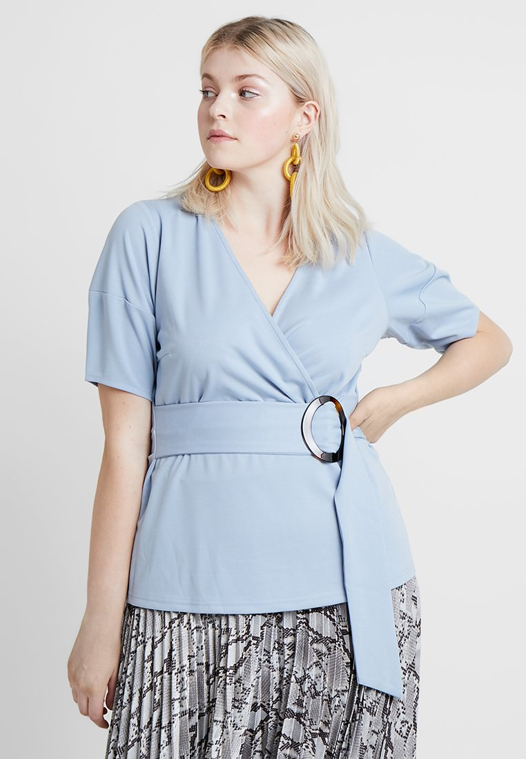 Lost Ink Plus - WRAP WITH BUCKLE - Print T-shirt - light blue