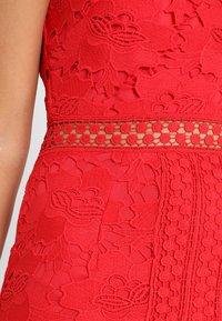 Love Triangle - EDEN KNEE LENGTH DRESS - Koktejlové šaty/ šaty na párty - red - 5