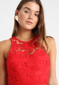 Love Triangle - EDEN KNEE LENGTH DRESS - Koktejlové šaty/ šaty na párty - red - 3
