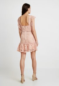 Love Triangle - SWEET CHARLOTTE DRESS - Koktejlové šaty/ šaty na párty - nude - 3