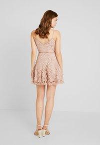 Love Triangle - PERFECT WORLD MINI DRESS - Koktejlové šaty/ šaty na párty - nude - 3