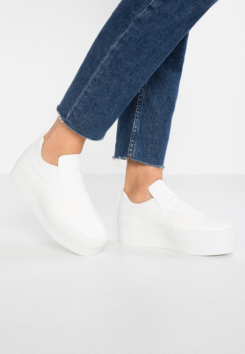 Lost Ink Wide Fit - WIDE FIT DOUBLE PLATFORM SLIP ON - Instappers - white