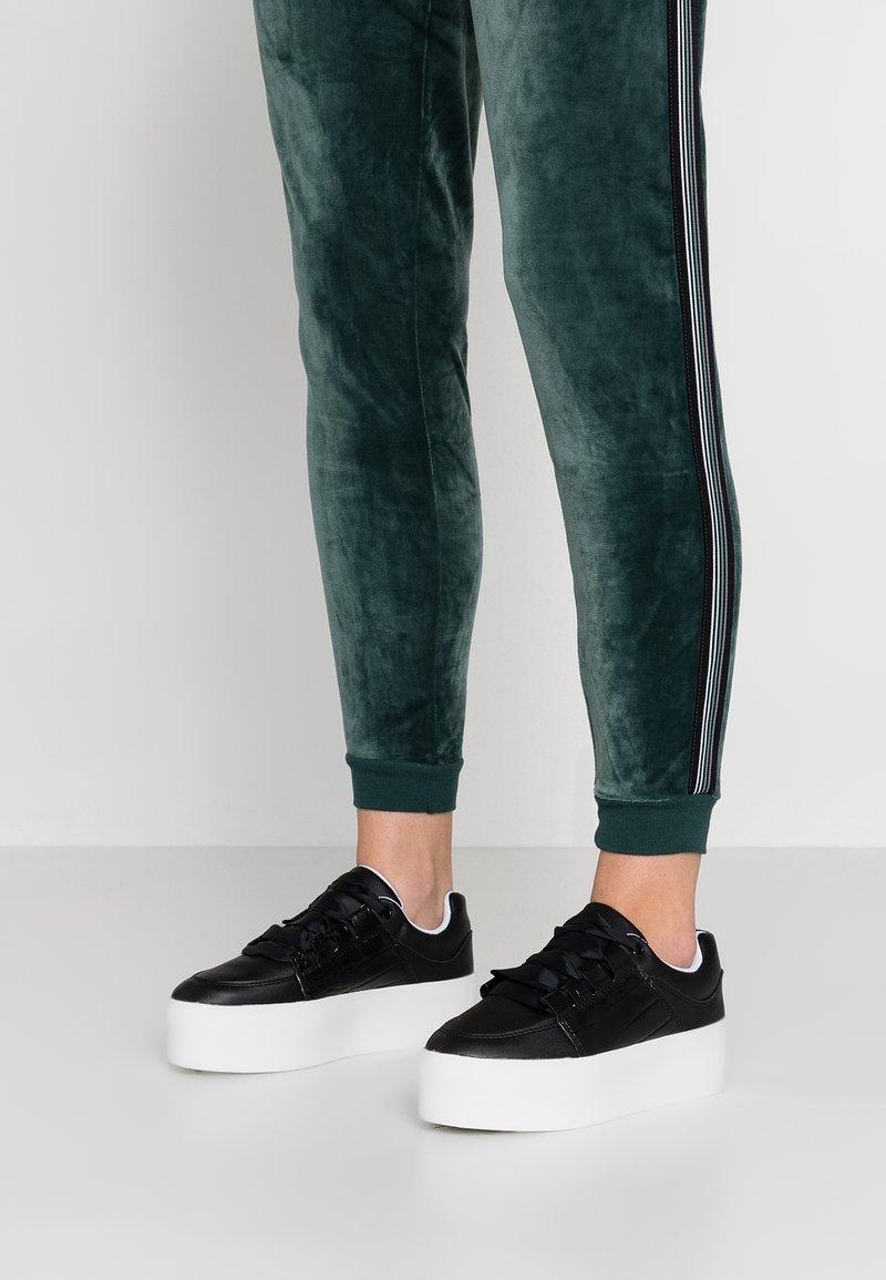 Lost Ink Wide Fit - WIDE FIT RAE PLATFORM TRAINER - Sneakers laag - black