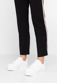 Lost Ink Wide Fit - WIDE FIT ROB TRAINER WITH STRAP DETAIL - Sneakers basse - white - 0