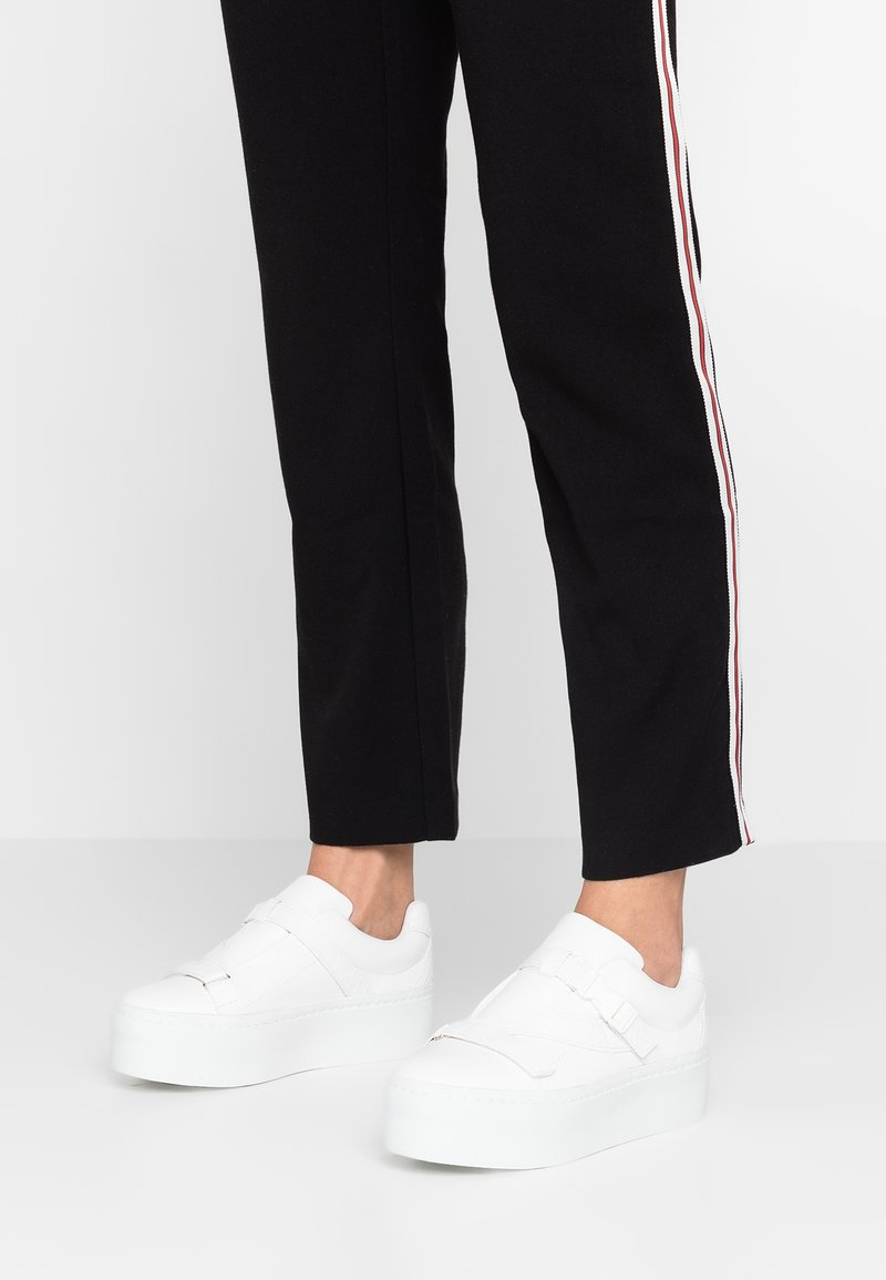 Lost Ink Wide Fit - WIDE FIT ROB TRAINER WITH STRAP DETAIL - Sneakers basse - white
