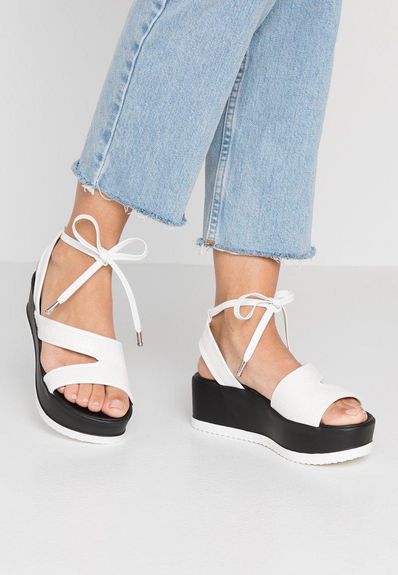 Lost Ink Wide Fit - WIDE FIT HETTIE FLATFORM ANKLE STRAP - Platform sandals - white
